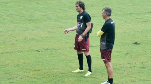 Guillermo Almada, técnico del Barcelona SC, durante una práctica del elenco canario. Foto: API