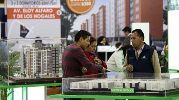 Las familias recorren la feria del Biess, que estará abierta hasta el 3 de marzo en el Centro de Exposiciones Quito. Foto: Julio Estrella / EL COMERCIO