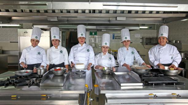 Desde hace 10 años ha ido en aumento la cantidad de estudiantes mujeres en carreras relacionadas a las ciencias culinarias. Foto: Julio Estrella / EL COMERCIO