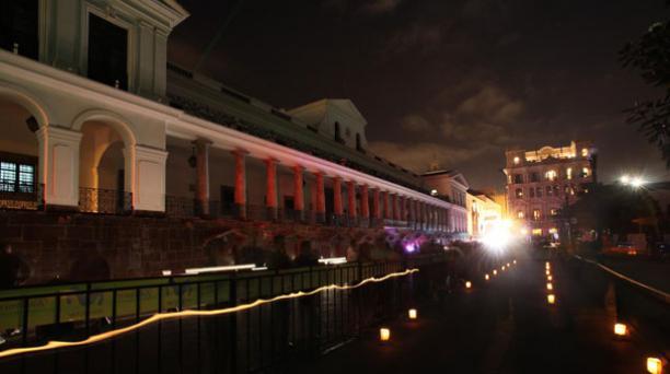 En 2010, la Plaza Grande se apagó por la Hora del Planeta. Este sábado, las luces del sitio se apagarán a las 19:00. Foto: Archivo/ EL COMERCIO.