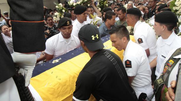 Compañeros, familiares y amigos despidieron al joven marinero, Sergio Elaje Cedeño, en una ceremonia donde le rindieron honores militares. Foto: Mario Faustos/ EL COMERCIO