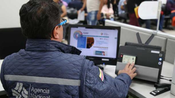 Un funcionario de la ANT verifica los datos de un conductor antes de emitir el permiso de manejo. Foto: Diego Pallero / EL COMERCIO