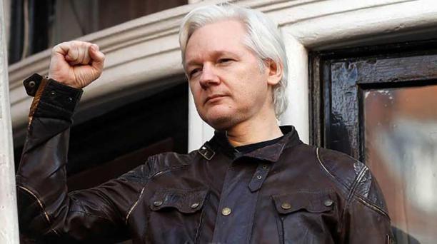 El fundador de Wikileaks, Julian Assange, habla en el balcón de la Embajada de Ecuador en Londres el pasado 19 de mayo de 2017.  Foto: Archivo / AFP