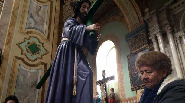 La familia de Marco Pintado participa en la procesión de la parroquia cuencana de Turi. Foto: Xavier Caivinagua para El COMERCIO
