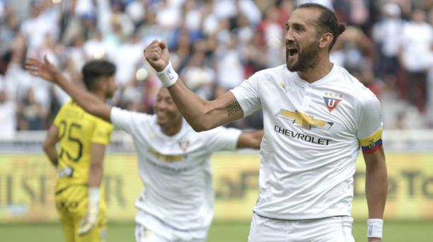 Hernán Barcos (der.) celebra el primer gol de Liga de Quito en la victoria 2 - 1 ante Independiente del Valle