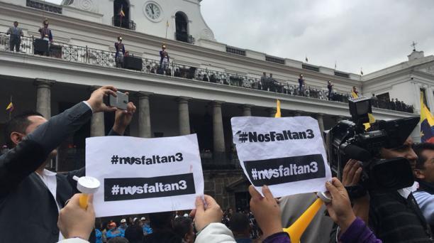 Amigos y familiares de los periodistas secuestrados se reunieron frente a Carondelet para pedir que se agilite la liberación. Foto: EL COMERCIO