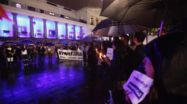 Desde el momento del secuestro, decenas de personas hacen vigilias en la Plaza Grande, en el Centro Histórico de Quito para pedir el regreso de los tres plagiados. La noche del lunes 2 de abril también hubo una concentración. Foto: EL COMERCIO.