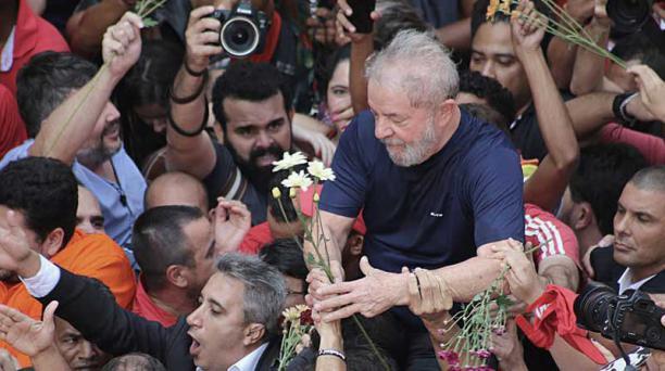Luiz Inácio Lula da Silva mientras es cargado por sus simpatizantes tras pronunciar un discurso hoy, sábado 7 de abril de 2018, en Sao Bernardo do Campo (Brasil). Foto: EFE
