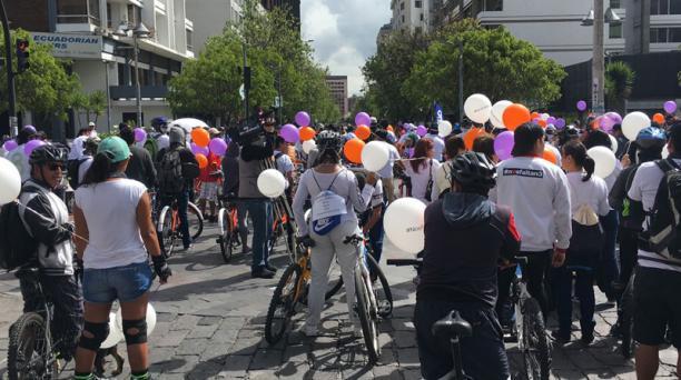 La cicleada de solidaridad por los periodistas secuestrados partió desde la avenida Amazonas y Jorge Washington, en el norte de Quito. Foto: EL COMERCIO
