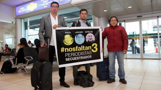 Los familiares de los ecuatorianos secuestrados, desde la izquierda Ricardo Rivas, Christian Segarra y Galo Ortega, en el aeropuerto de Tababela antes de viajar a Lima (Perú). Foto: EL COMERCIO