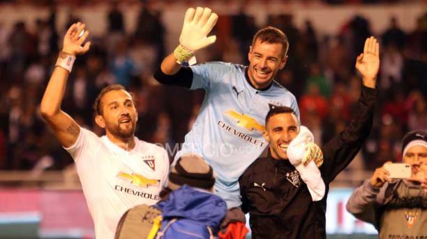 Adrián Gabbarini (centro) festeja el triunfo sobre El Nacional, junto a Hernán Barcos (izq.) y Hernán Pellerano. Foto: Diego Pallero / EL COMERCIO