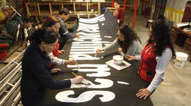 Funcionarios de la Universidad Andina Simón Bolívar pintaron carteles y banderas para la Marcha por la Paz. Foto: Patricio Terán / EL COMERCIO