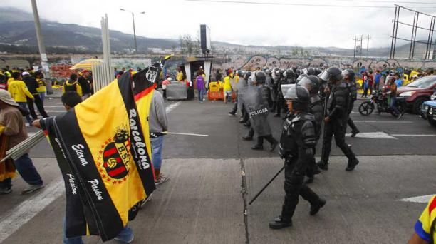 Policías controlan la seguridad en los exteriores del estadio Casa Blanca en un partido entre LDU y BSC. Foto: Archivo / EL COMERCIO