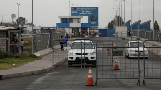 Así luce el ingreso principal a la cárcel de Latacunga, donde se encuentra un grupo de presos indagados por atentados en la frontera norte. Foto: EL COMERCIO.