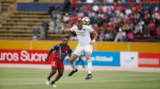 Hernán Barcos (16) de Liga de Quito remata de cabeza ante la marca de Jonathan Carabalí (15) de El Nacional durante el partido de la fecha 14 del Campeonato Ecuatoriano de Fútbol, jugado en el estadio Olímpico Atahualpa, el domingo 20 de mayo de 2018. Fot