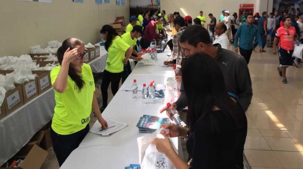 Hasta este sábado 2 de junio del 2018, las personas podrán retirar la camiseta y el chip para participar en la carrera UN15K. Foto: Mauricio Bayas/ EL COMERCIO