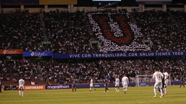 Hinchas de Liga de Quito en la General Norte del estadio de LDU alientan al equipo blanco ante Emelec. Foto: API