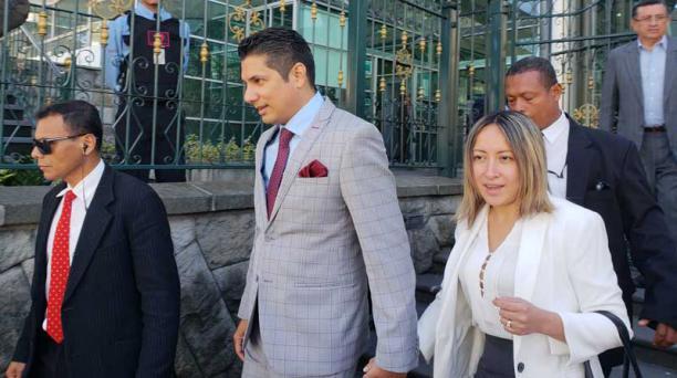El lunes, Fernando Balda, acompañado de su esposa, sale de la Contraloría en Quito. Foto: María Belén Merizalde / EL COMERCIO