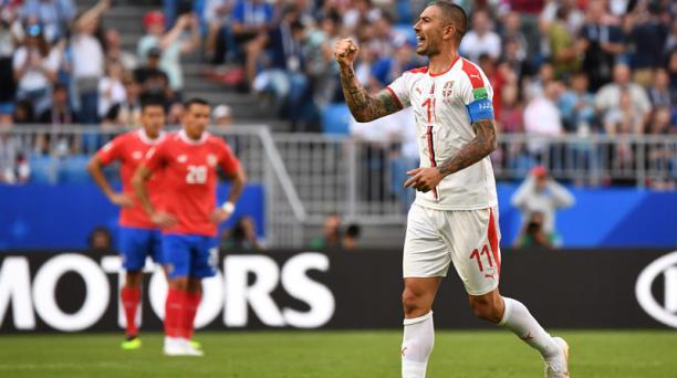 El defensor serbio Aleksandar Kolarov celebra después de anotar durante el partido de fútbol del Grupo E de la Copa del Mundo Rusia 2018 entre Costa Rica y Serbia en el Samara Arena en Samara el 17 de junio de 2018. AFP
