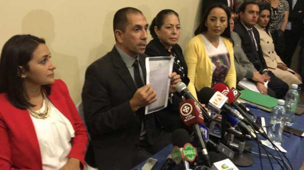 El perito Roberto Meza (centro) junto a Patricia Ochoa (der.) y Jéssica Jaramillo (izq.), exfuncionaria del Ministerio de Justicia. Foto: Galo Paguay / EL COMERCIO