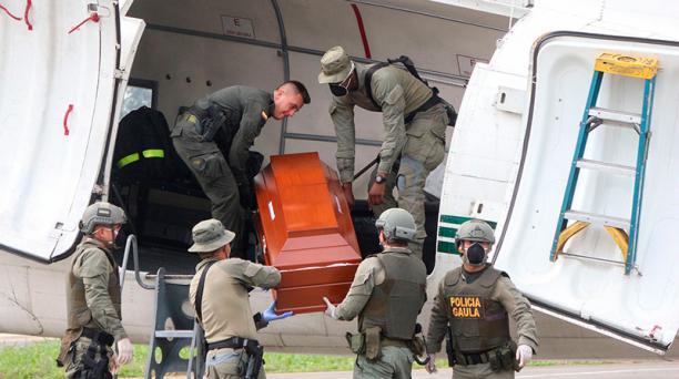 Policías colombianos trasladaron los cuerpos desde Tumaco hasta el centro forense que opera en Cali, Colombia este 23 de junio del 2018. Foto: AFP