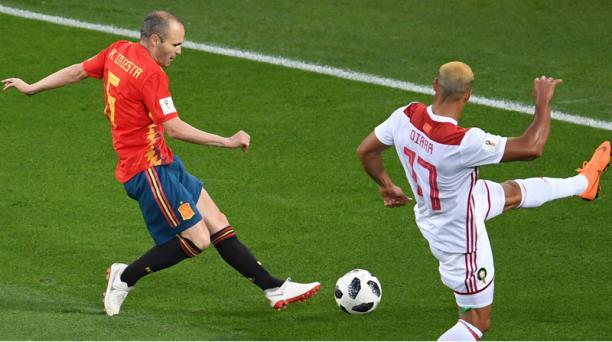 El mediocampista español Andrés Iniesta (6) remata el balón ante la marca del defensor marroquí Nabil Dirar (17) durante el partido de la tercera jornada del Mundial de Rusia entre España y Marruecos en el Estadio de Kaliningrado en Kaliningrado el 25 de