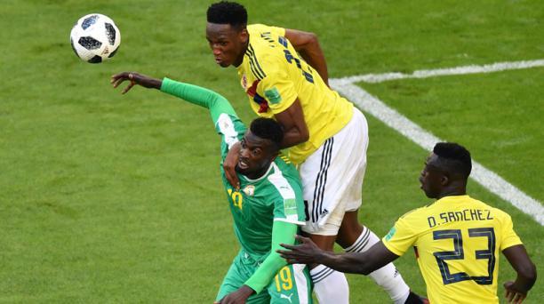 El delantero senegalés Mbaye Niang (centro) intenta marcar al defensa colombiano Yerry Mina (parte trasera centro) y el defensor colombiano Davinson Sanchez (der.) durante el partido del Grupo H del Mundial de Rusia entre Senegal y Colombia en el Samara A