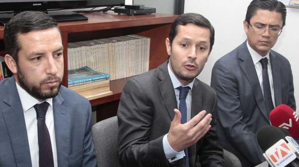 Los abogados del concejal alegaron ayer, en rueda de prensa, que el fiscal Fabián Salazar ya fue reemplazado. Foto: Eduardo Terán/ EL COMERCIO