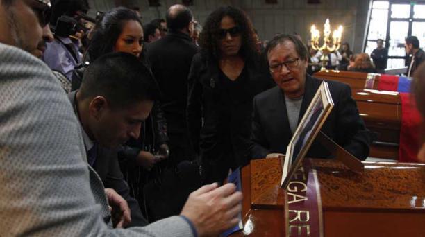 Galo Ortega, padre de Javier, se mantuvo junto a sus otros dos hijos, Alex y Andrea, en la ceremonia. Foto: Galo Paguay / EL COMERCIO