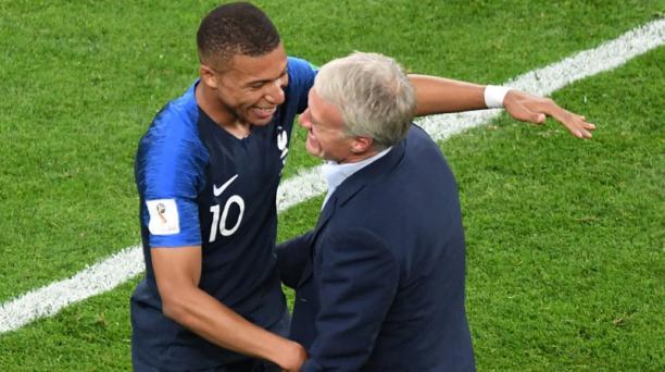 El estelar francés Kylian Mbappe (izq.) festeja con el técnico Didier Deschamps (der.) después de ganar a Bélgica en la semifinal del Mundial Rusia 2018. Foto: Francois Xavier Marit / AFP