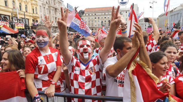 Imagen referencial de hinchas croatas que apoyan a su selección nacional de fútbol. Foto: Antonio Bat/ EFE