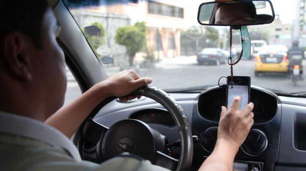 Los conductores de Uber suelen ocultar sus dispositivos una vez iniciada la carrera. Foto: Marcelino Rossi/ EL COMERCIO.