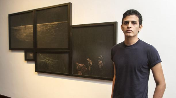José Antonio Pinto obtuvo el primer premio del Salón de Julio 2018 por la obra 'Teorías', en hollín y acrílico sobre cartulina fotográfica. Foto: Enrique Pesantes / EL COMERCIO.