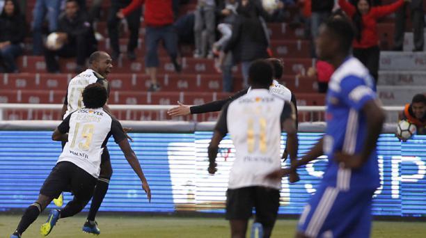 Los jugadores de Liga de Quito festejan el gol de Juan Luis Anangonó en el cotejo ante Emelec el 29 de julio del 2018. Foto:  Patricio Teran A / EL COMERCIO