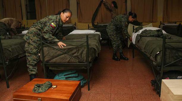 Carmen García (izq.) tiende la cama y se alista para iniciar la jornada de instrucción militar en la Brigada de Artillería Portete, en Cuenca. Foto: Xavier Caivinagua para EL COMERCIO
