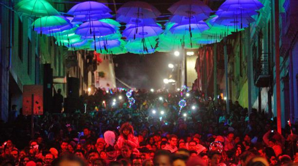 La tercera edición de la Fiesta de la Luz convocó a miles de personas al Centro Histórico de Quito. Foto: Armando Prado / EL COMERCIO