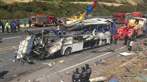El bus accidentado en la vía Pifo / Papallacta en el Km 8 la madrugada de este martes 14 de agosto del 2018. Foto: Eduardo Terán / EL COMERCIO