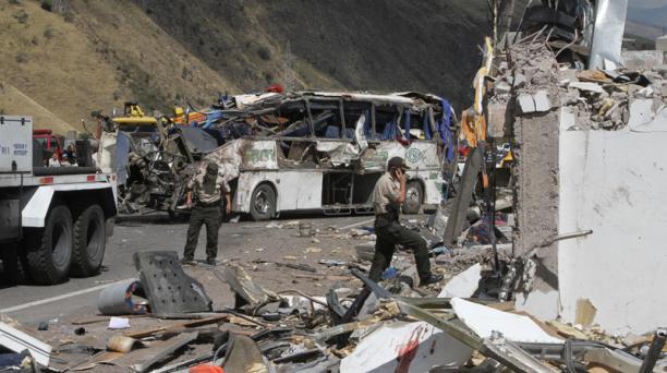 Accidente de un bus que llegó a Ecuador desde Colombia en la vía Pifo - Papallacta la madrugada del 14 de agosto del 2018. Foto: Eduardo Terán / EL COMERCIO
