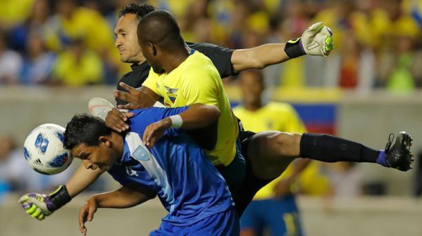 Manuel Moreno de Guatemala (frente) y Énner Valencia (centro) de Ecuador luchan por el balón frente al guatemalteco al guardameta Ricardo Jeres durante el primer tiempo del cotejo amistoso jugado en el Toyota Park en Bridgeview, Illinois, el 11 de septiem