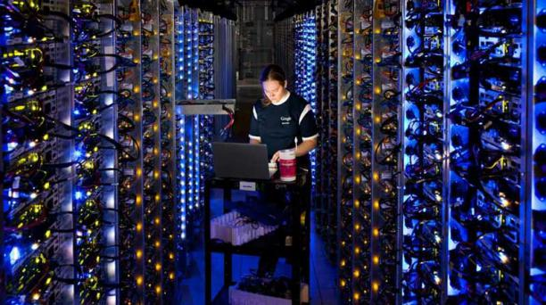 Una informática de Google realiza un mantenimiento a uno de los servidores de la compañía. Foto: Cortesía Google.