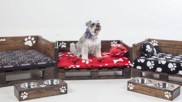 En Papu's Recycle utilizan pallets de madera de pino para hacer de las camas una opción resistente. También se fabrican comederos de este estilo. Foto: Armando Prado / Narices Frías