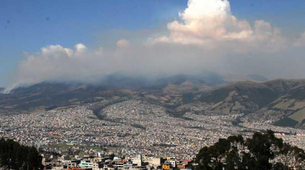 Desde el barrio Lucha de los Pobres se observó ayer la contaminación en todo el sur. Foto: Eduardo Terán / EL COMERCIO