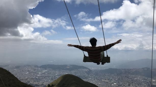 Este columpio  está ubicado a 4 050 metros sobre el nivel del mar, en la cima de Cruz Loma, desde aquí se puede ver el norte, centro y sur de Quito desde lo alto