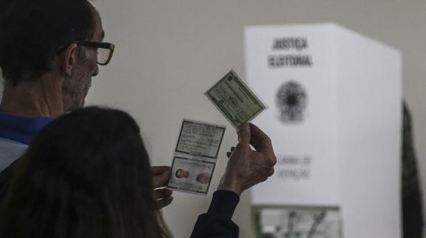 Un hombre espera en la fila para votar en el colegio electoral Bennett hoy, domingo 7 de octubre de 2018, en Río de Janeiro (Brasil). Foto: EFE