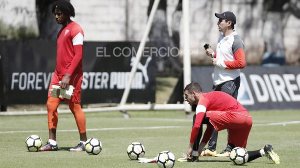 Leonel Nazareno (izq.) y Adrián Gabbarini (en el piso), en una práctica con el preparador de goleros Humberto Preti. Foto: Archivo EL COMERCIO