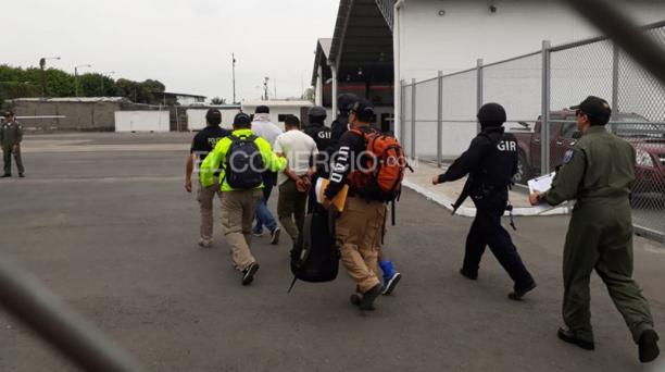 Militares detenidos en Guayaquil fueron llevados a Aeropolicial para ser trasladados a Esmeraldas. Foto: Jorge González/ EL COMERCIO.