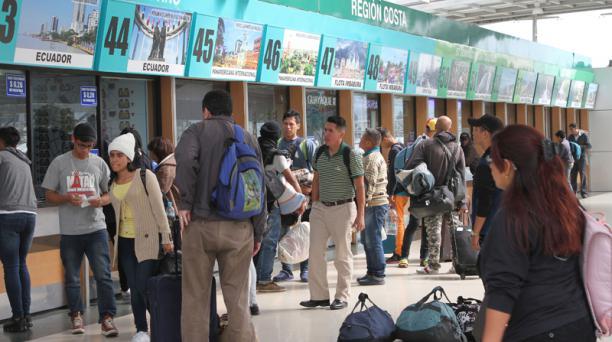 Los viajeros llegan hasta el Terminal Terrestre de Quitumbe, sur de Quito, para viajar a distintos lugares del país. Foto: Eduardo Terán / EL COMERCIO