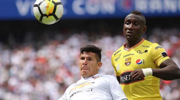 Christian Cruz (de blanco), lateral de Liga, disputa el balón con Érick Castillo de Barcelona, durante el partido jugado el 29 de abril en Quito. Foto: Diego Pallero / EL COMERCIO