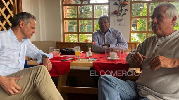 Esteban Paz (izq.) se reunió con Guillermo Romero (der.), para definir la continuidad de la actual Comisión de Fútbol en LDU. Foto: Álex Puruncajas / EL COMERCIO