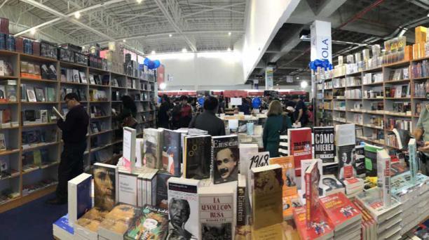 El fin de semana los asistentes encontraron una variada oferta de novelas, cuentos, literatura científica, poesía y otros relatos en 80 estands. Foto: Vicente Costales/ EL COMERCIO.